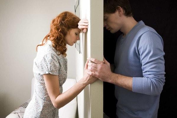 Муж и жена по разные стороны стенки